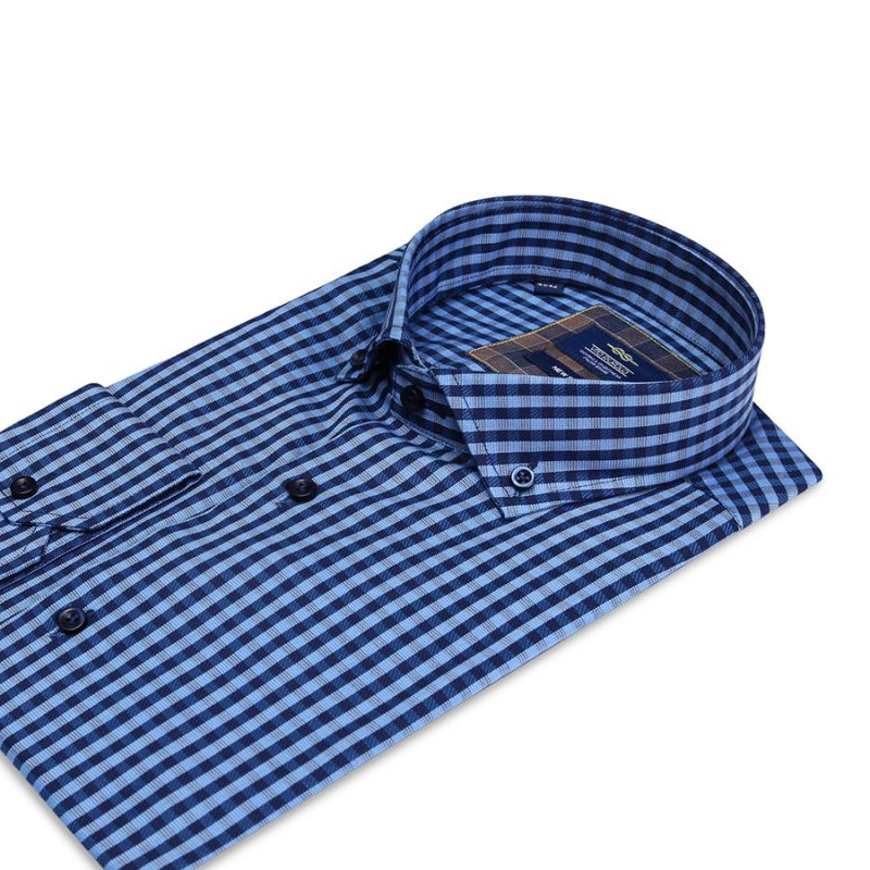 Синяя рубашка в клетку полуприталенная