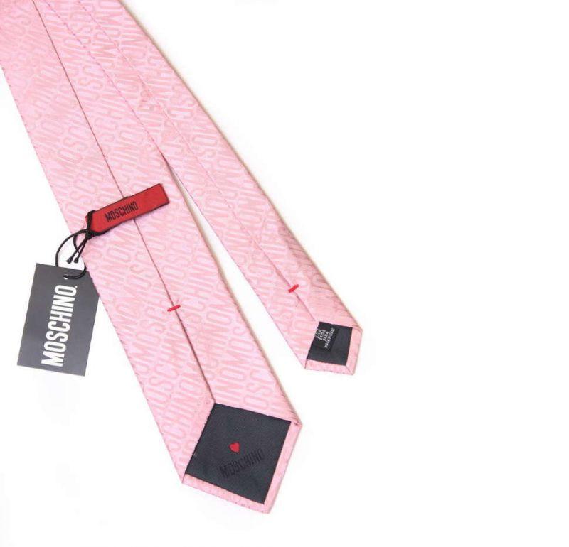 Светло-розовый шёлковый галстук с надписями Moschino